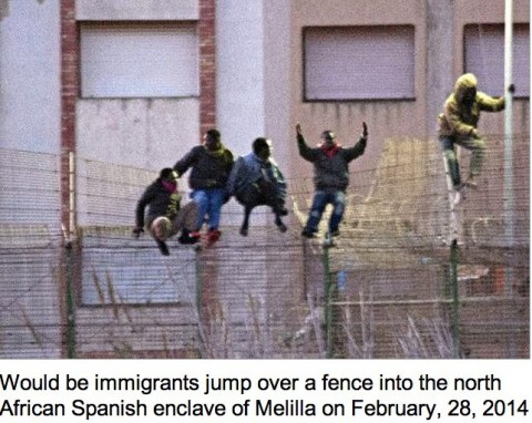 Would be immigrants jump over a fence into the north African Spanish enclave of Melilla on February, 28, 2014 (AFP, Blasco de Avellaneda)