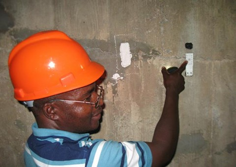An engineer shows reporters cracks in the Kariba Dam wall last year