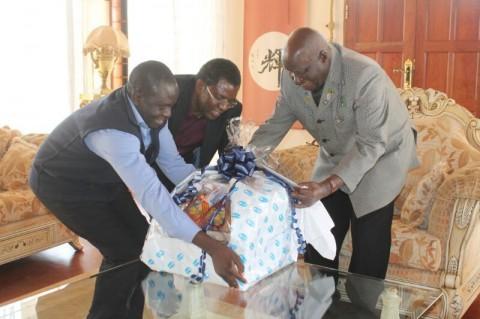 Gilbert Kaimana and Dr Chibumba presenting a gift to Dr Kaunda