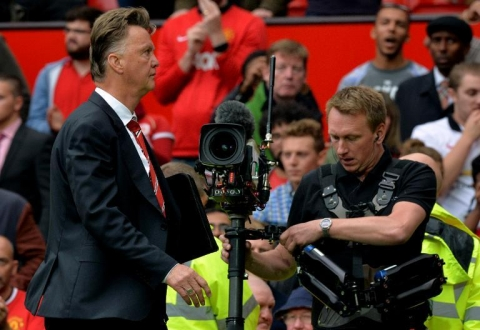 Manchester United's Dutch manager Louis Van Gaal leaves the field after the English Premier League defeat to Swansea City at Old Trafford in Manchester, north-west England on August 16, 2014 (AFP Photo:Paul Ellis)