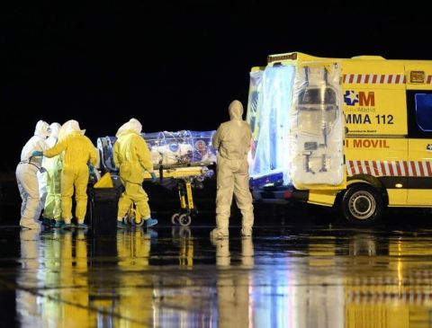 A Spanish Defense Ministry photo shows aid workers and doctors transferring Catholic missionary Manuel Garcia Viejo, who contracted the deadly Ebola virus, upon his arrival in Spain on September 22, 2014 (AFP Photo/)