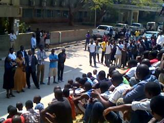 Acting VC Professor Enala Tembo-Mwase addressing UNZA students this morning over the sessional dates. This was after central administration was put under pressure to revise the sessional dates. UNZA Network
