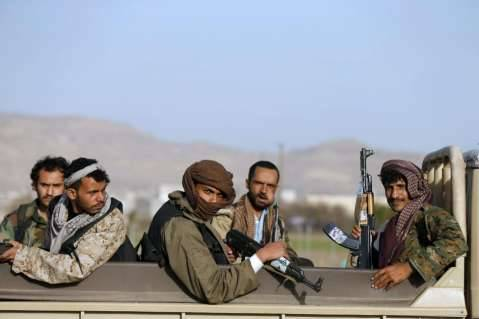 Houthi fighters ride a truck near the presidential palace in Sanaa January 22, 2015. REUTERS/Khaled Abdullah