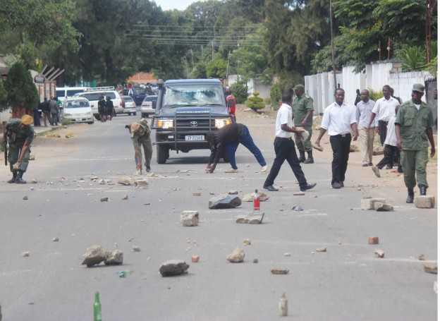 UPND cadres block roads   Lusaka Voice