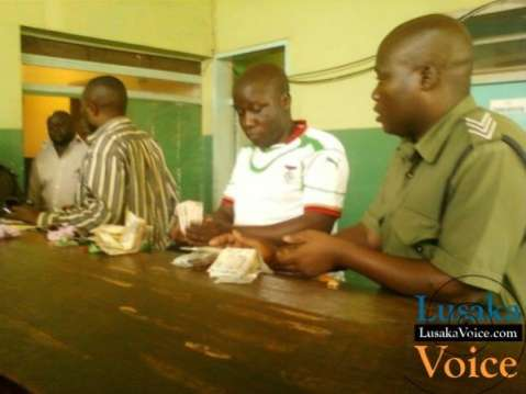 Kapiri by-election   PF cadre caught distributing money  Lusakavoice.com