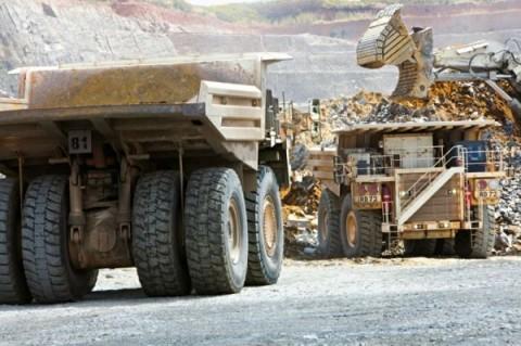 Hitachi-Muldenkipper in Kansanshi Kupfer- und Goldmine • Hitachi dump trucks at the Kansanshi copper and gold mine