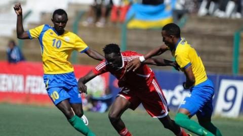 Sudan's Ibrahim Salah (C) vies with Rwanda's player Mohamed Mushimiyamana (L) and teammate Emery Bayisenge