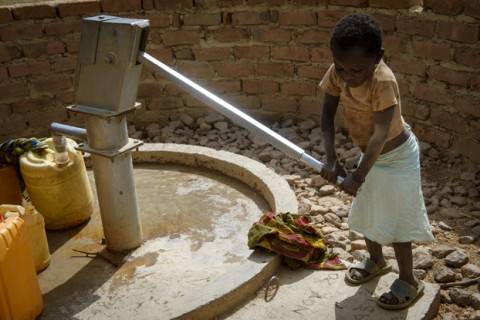 Four-year-old Munsanje pumps water. (Photo- ©2013 Laura Reinhardt:World Vision)