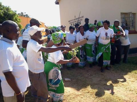 SIGNING;;; ANTI SATA LET UBWEBYA TUME WYNTER KABIMBA. During the protest at ZANIS OFFICES IN KASAMA
