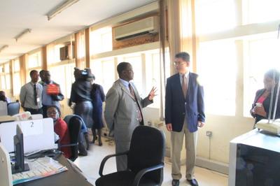 Accompanied by Mr. Lungu, Ambassador Yang toured ZANIS after the meeting.