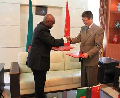 H.E. Yang Youming, Chinese Ambassador to Zambia, together with H.E. Ambassador Simasiku, National President of the Zambian Red Cross Society, signed the Exchange of Notes on Non-Emergency Humanitarian Assistance Program, on behalf of the Red Cross Societies of both countries respectively. Mr. Chai Zhijing, Economic and Commercial Counselor from the Chinese Embassy in Zambia, and officials from the Zambian Red Cross Society witnessed the signing at the Chinese Embassy in Lusaka.