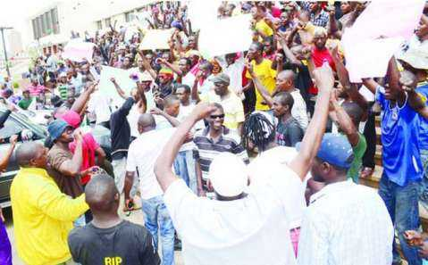 PF cadres chanting pro-Lungu slogans outside Government Complex Nov 13th 2014 . Pictures by CLEVER ZULU