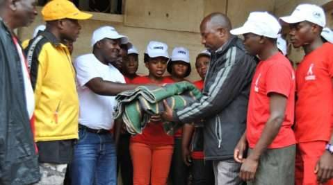 Malawian Youth Movement for Development members hand over blankets and first necessity goods to Malawian people homeless and displaced due to heavy rains and massive floods of the last days on January 15, 2015. PHOTO:AFP