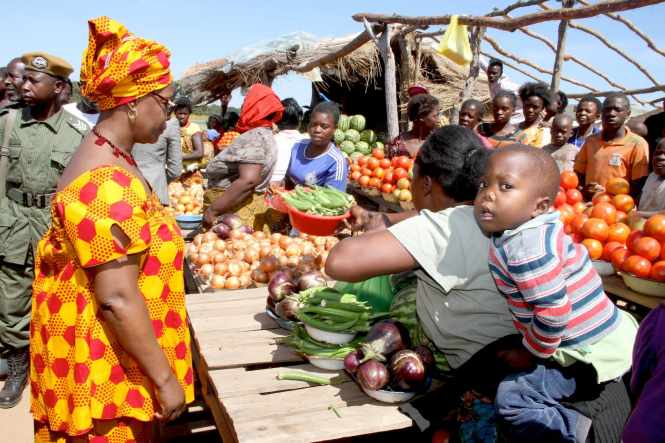 First Lady Esther Lungu buying the farm produce at John Chinena Market in Chibombo District where she made a stop over en route to Kapiri Mposhi for the Commemoration of the United Nations International Day for the Family on May 14,2015 –Picture by THOMAS NSAMA/ STATE HOUSE
