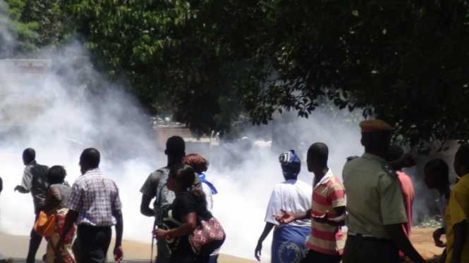 Two rival groups of MMD cadres this morning clashed at the party secretariat resulting